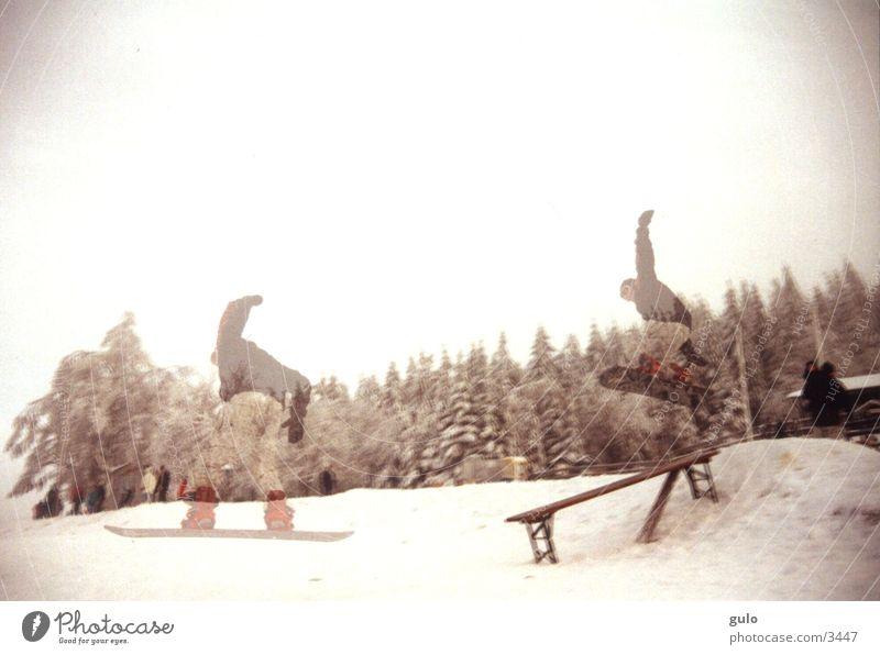 Doppelbelichtung Snowboard springen Nebel Sport Bank Schnee Bierbank Landen Körperhaltung abwärts Mut talentiert Winter Snowboarder Snowboarding durchsichtig