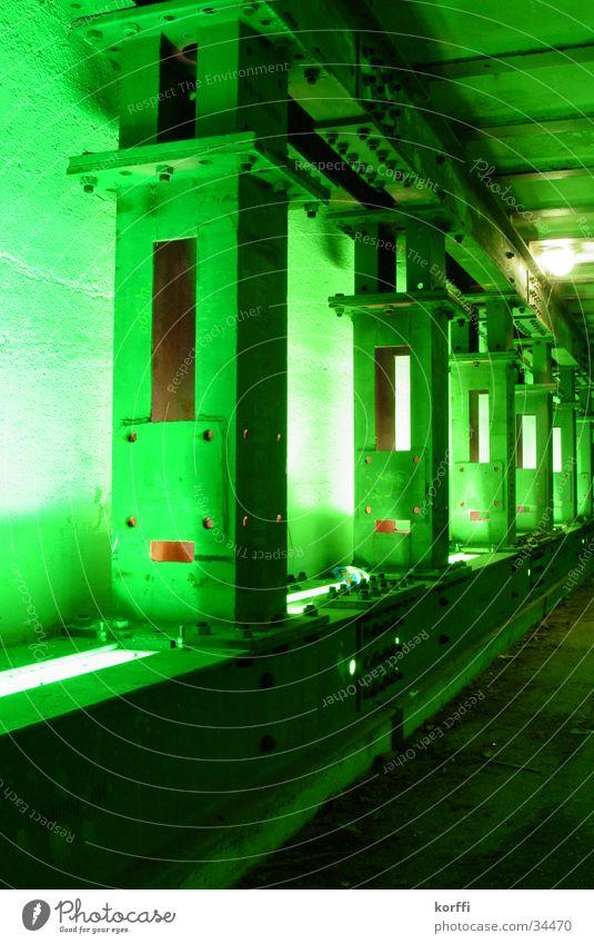 Grüne Stütze grün Licht Brücke Säule Unterführung Eisenbahn