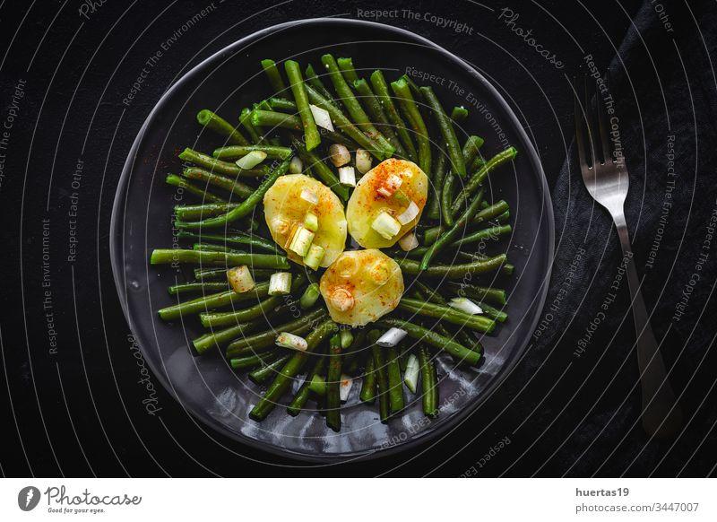 Gesunde grüne Bohnen mit Kartoffeln, Paprika und Zwiebeln Gemüse Vegane Ernährung Lebensmittel gesunde Ernährung Mahlzeit Hintergrund Gabel Mittagessen Diät
