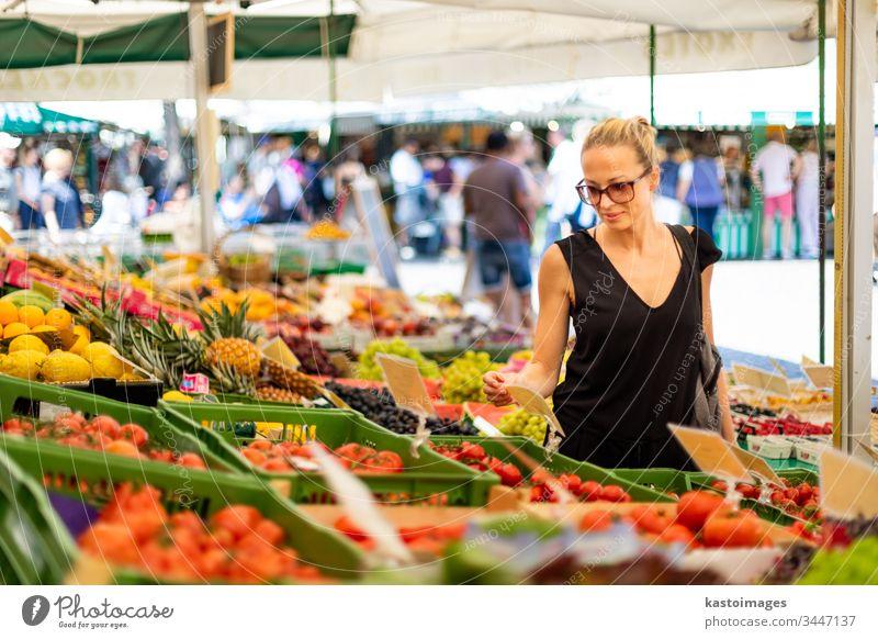 Frau kauft Obst und Gemüse auf dem örtlichen Lebensmittelmarkt. Marktstand mit verschiedenen Bio-Gemüsesorten kaufen organisch Vegetarier Früchte