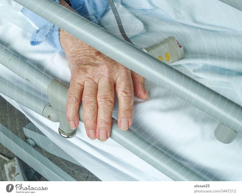 Die Hand einer älteren Frau im Krankenhaus Erwachsener gealtert Bett Pflege Klinik Konzept Kur Gerät Großmutter Gesundheit Gesundheitswesen Hilfsbereitschaft