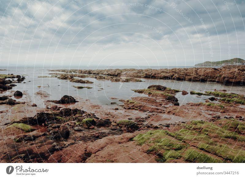 Felsenküste mit bewölktem Himmel Felsküste Stein Umwelt Tourismus Wasser Menschenleer Sommer natürlich Bucht Tag Horizont orange Ferien & Urlaub & Reisen