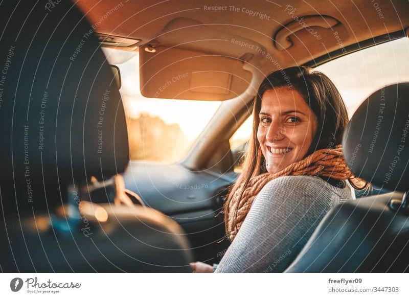 Porträt einer jungen Frau auf dem Frontsitz eines Autos Automobil schön Business PKW heiter niedlich Autohaus Laufwerk Fahrer Emotion aufgeregt Familie Mädchen