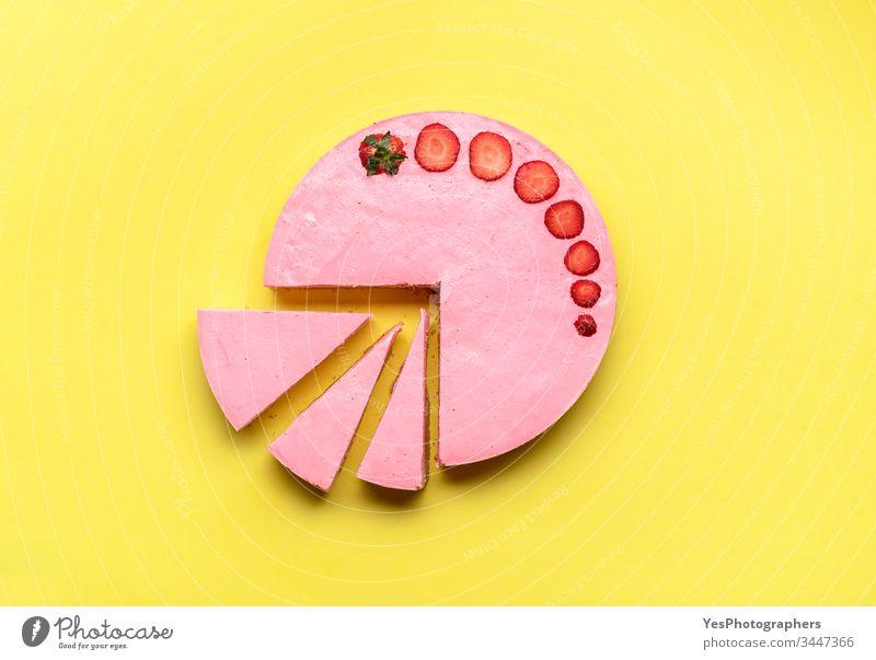Geschnittener Erdbeer-Käsekuchen.  Käsekuchen mit Erdbeeren obere Ansicht Bäckerei farbenfroh cremig lecker Dessert flache Verlegung Lebensmittel Frische