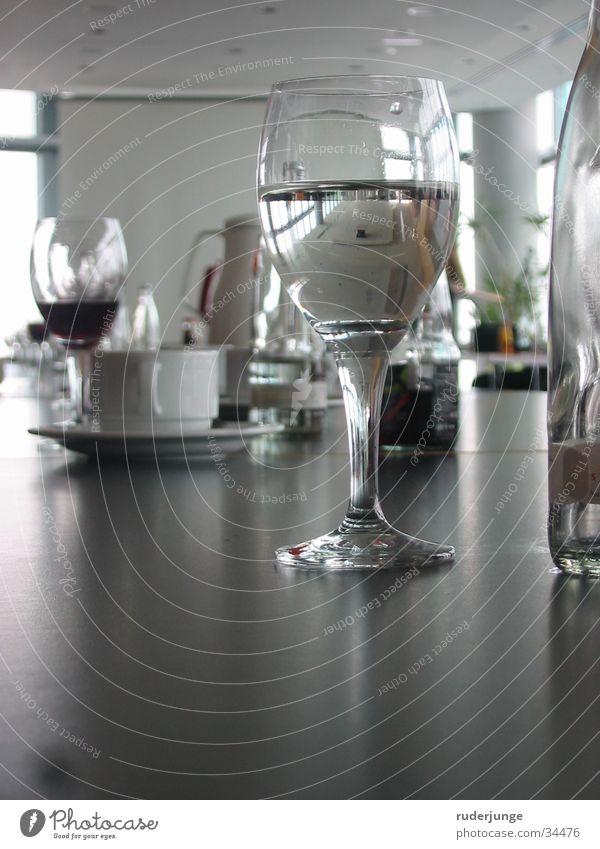 Glas Tisch Sitzung Arbeit & Erwerbstätigkeit Rede Mineralwasser Spiegel Reflexion & Spiegelung Erfrischungsgetränk durchsichtig grau weiß Wasser Kaffee