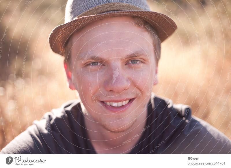 HAT SMILE Mensch Jugendliche Sommer Erholung Freude Erwachsene gelb Junger Mann 18-30 Jahre Liebe Gras lachen Kopf gold sitzen