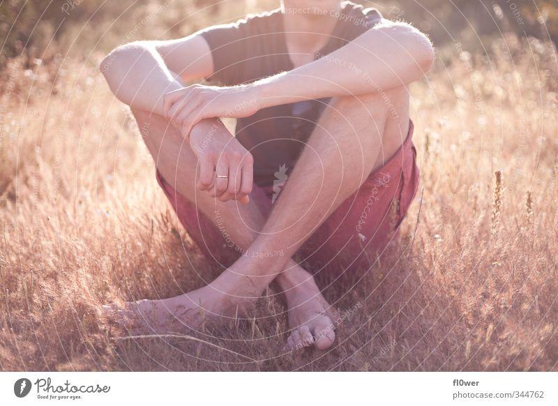 chill in the sun Körper Erholung Sommer Mensch Junge Junger Mann Jugendliche Erwachsene Arme Fuß 1 18-30 Jahre Gras Sträucher Liebe sitzen warten retro gelb