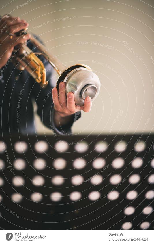 Musik Mann mit Trompete Dämpfer und Notenpult Instrument Spielen üben dämpfer musikalisch hobby spass Musikinstrument Musiker improvisieren notenständer fleißig