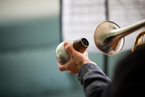 Mensch spielt Trompete mit Dämpfer in der Hand Mann Instrument Spielen üben dämpfer Musik musikalisch hobby spass Musikinstrument Musiker improvisieren