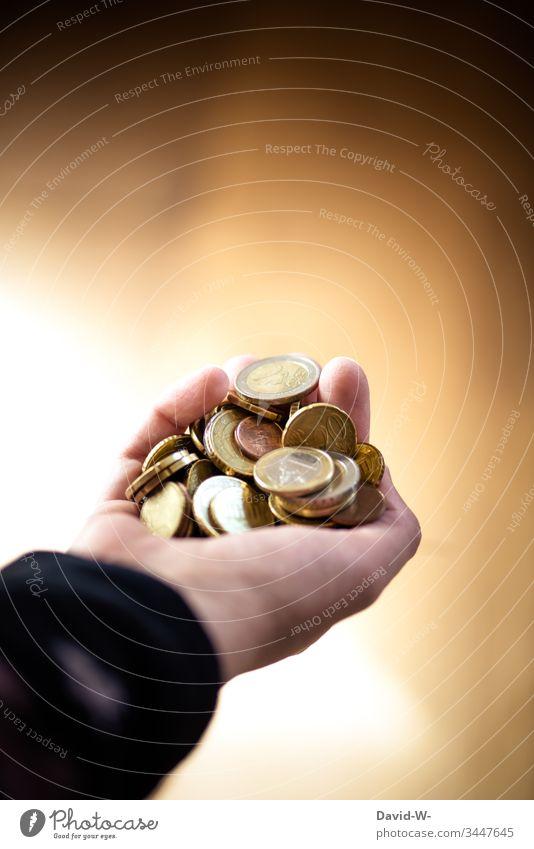 Hand mit Euromünzen Geld festhalten sparen Reichtum Bargeld Geldmünzen bezahlen Kapitalwirtschaft Armut Armutsgrenze kaufen Wirtschaft Spende € Gewicht Wert