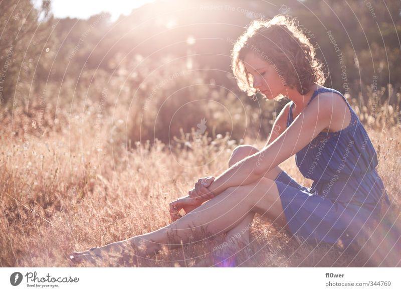 sun absorption Mensch Natur Jugendliche blau Sommer Junge Frau Mädchen Erwachsene 18-30 Jahre gelb Gefühle feminin Gras Körper gold sitzen