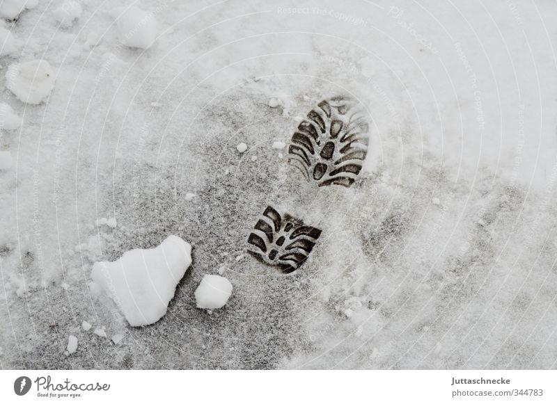 Winter ade..... Menschenleer Straße Wege & Pfade weiß kalt Schneefall Spuren Fußspur Erbe Schuhsohle Winterstimmung frieren gefroren Eis Farbfoto Außenaufnahme