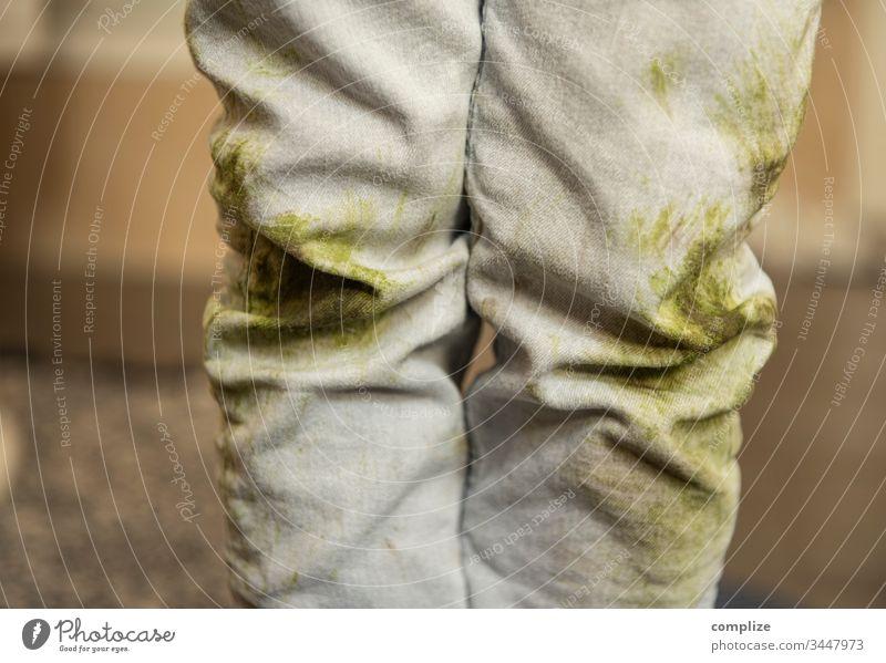 Kinderhose mit Grasflecken Hose Kleinkind dreckig schmutzig Wäsche Waschen verdreckt Fußball Erde Spielen