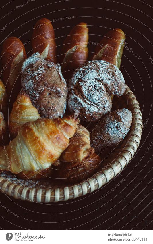 Handgemachte Croissant, Laugenstangen und Vinschgauer handgemacht zuhause bleiben Gebäck Teigwaren Frühstück selbstgemacht stay at home Brotkorb