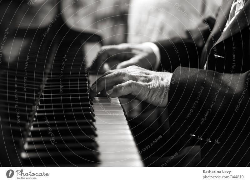 Ave Maria Hochzeit Mann Erwachsene Männlicher Senior Hand Finger 1 Mensch 60 und älter Anzug Musik hören ästhetisch authentisch schwarz weiß Kreativität Klavier