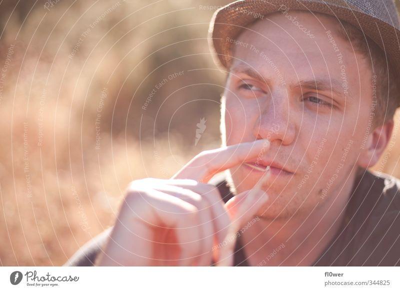 smoking awesome maskulin Junger Mann Jugendliche Erwachsene Kopf 1 Mensch 18-30 Jahre Gras Sträucher Mode Hut blond Bart Dreitagebart authentisch Coolness