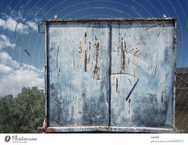 Klappe Metall alt blau Rost Spuren Abnutzung Zahn der Zeit zerkratzt Kratzspuren offen Schrott Container Altmetall Schwache Tiefenschärfe eckig Himmel Wolken
