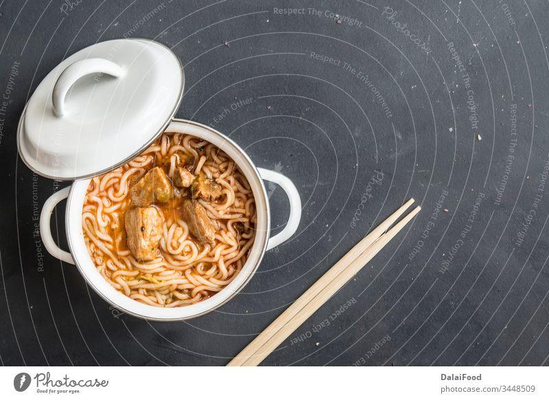 Nudeln mit Hühnerfleisch in Schale auf dunklem Steingrund Asien asiatisch Hintergrund Rindfleisch Küchenchef Hähnchen Chinesisch übersichtlich