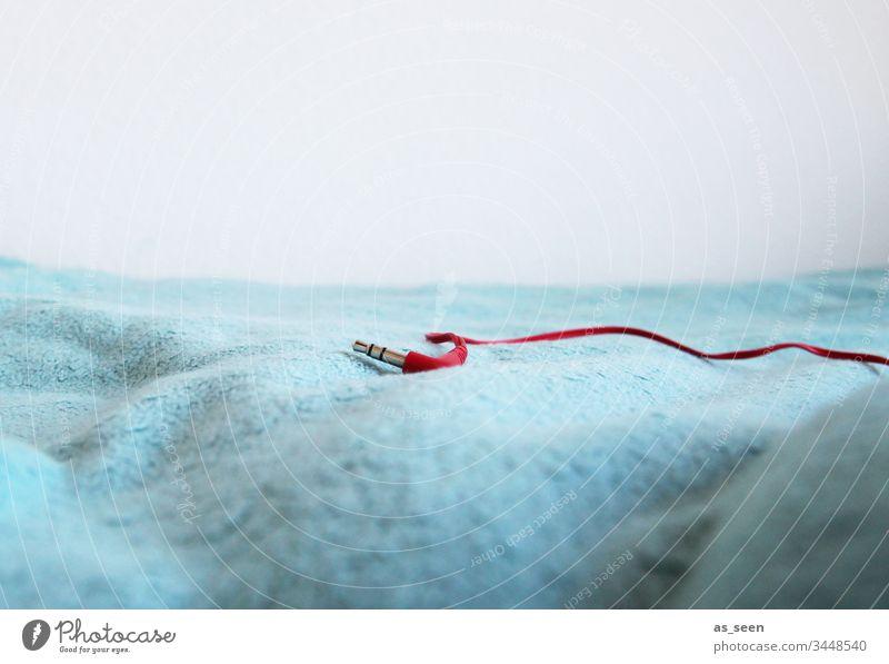 music off Stillleben Kopfhörer rot Musik abgetrennt Anschlussbuchse Stecker Kabel Kopfhörerkabel Technik & Technologie Elektrisches Gerät Verbindung verbinden