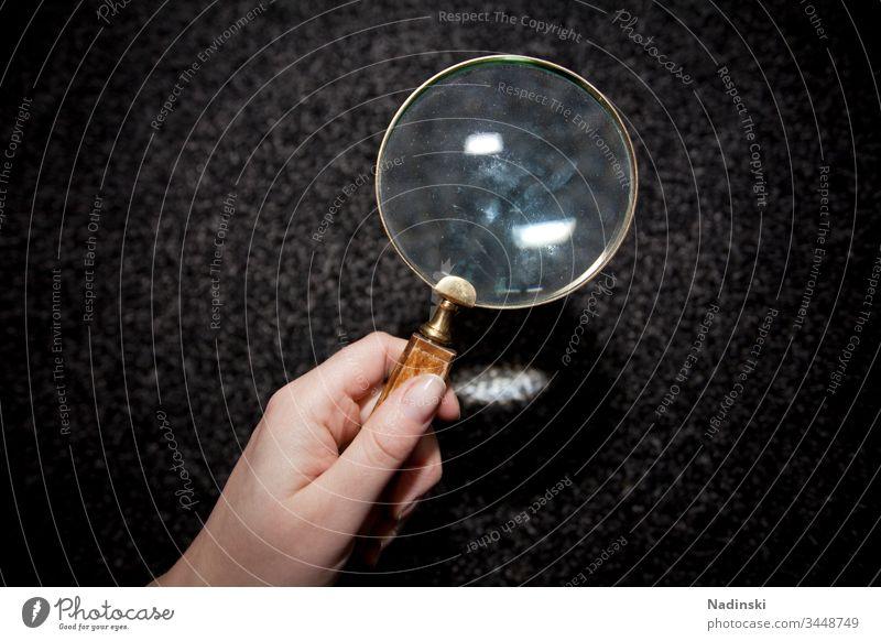 Auf der Suche Lupe Farbfoto Linse Hand Mensch Blick Glas suchen Untersuchung Teppich milbenbefall Milbe Allergie Allergien Staub Detektiv Überprüfung prüfen