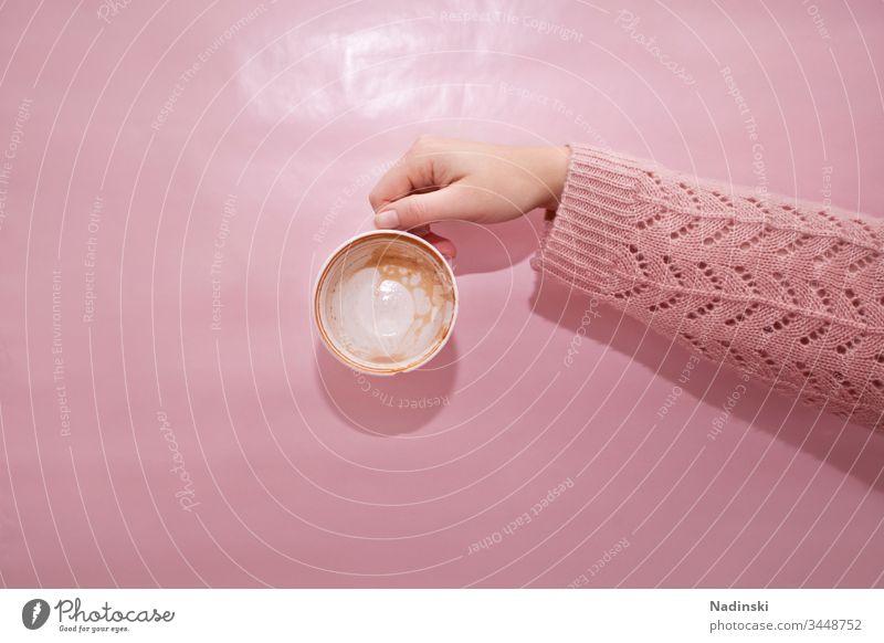 Kaffeepause Kaffeetrinken leer Leerstand allein Leere genuss Konsum Koffein Sucht pink pastell Pastellton rosa Strickpullover