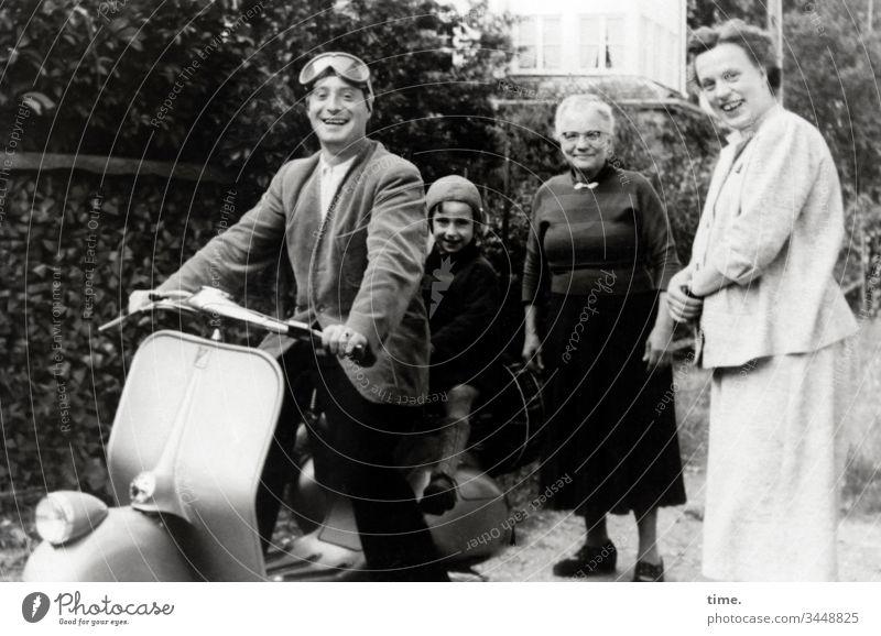 Bock 'n' Roller portrait historisch damals nostalgie halten hose unterhaltung hingabe stimmung Kleid glück roller fahrzeug freude spaß beifahrer verkehr hecke