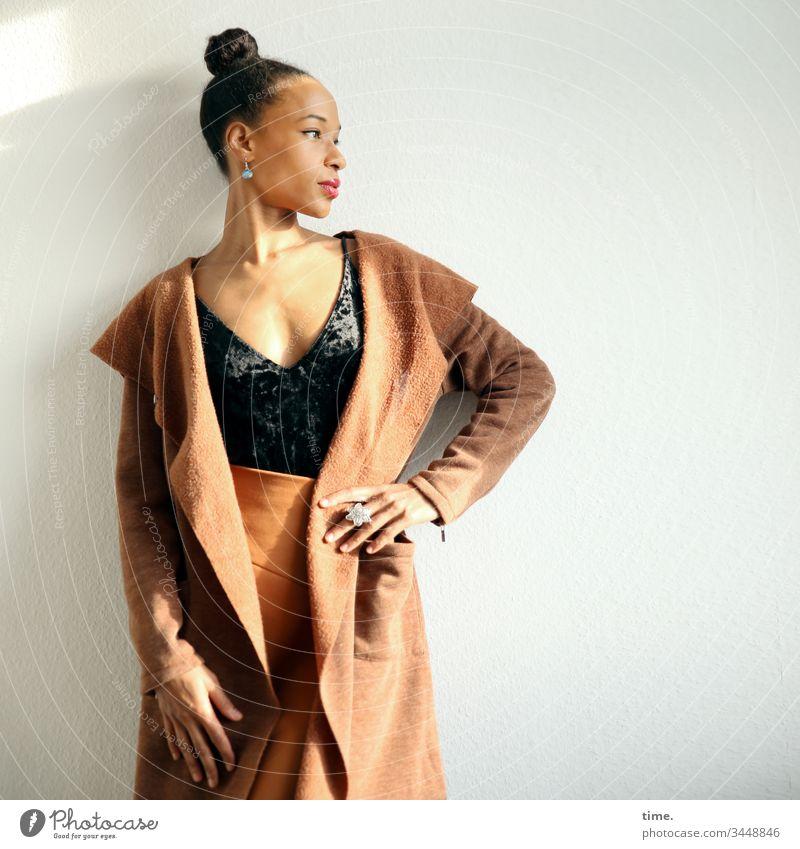 Lilian frau weiblich mantel zopf schmuck stehen rock zimmer raum wand blick schön selbtsbewusst stolz modisch halten aufstützen ernst nachdenklich profil