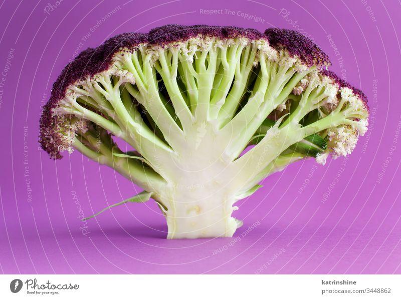 Frischer, roher, violetter Blumenkohl auf violettem Hintergrund purpur Gemüse Kohlgewächse grün Menschengruppe Gesundheit Bestandteil nahrhaft Ernährung
