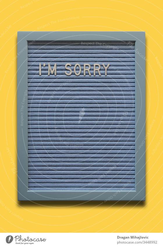 Hellblaues Message Board Tut mir leid auf dem gelben Hintergrund entschuldigen Entschuldigung Transparente Holzplatte Postkarte Konzept kreativ