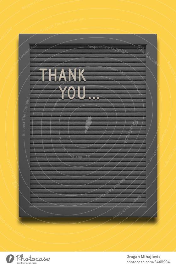 Schwarze Tafel Danke auf dem gelben Hintergrund Alphabet Ankündigung Kunst Transparente schwarz Holzplatte Borte Postkarte Zwischenablage Konzept