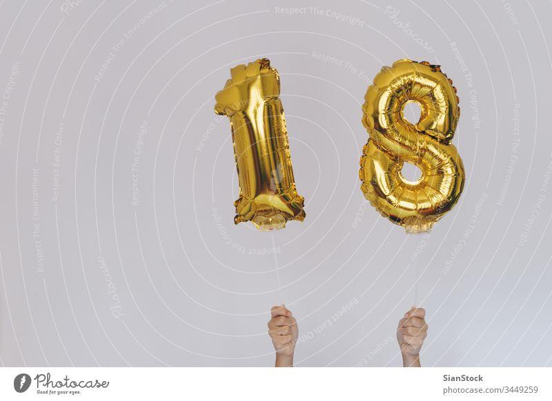 Hände halten goldene 18 Luftballons, Neujahrskonzept Jahre Ballons neu Glück vereinzelt Halt Beteiligung Wand Gold-Zahlen-Ballons Weihnachten Geburtstag weiß