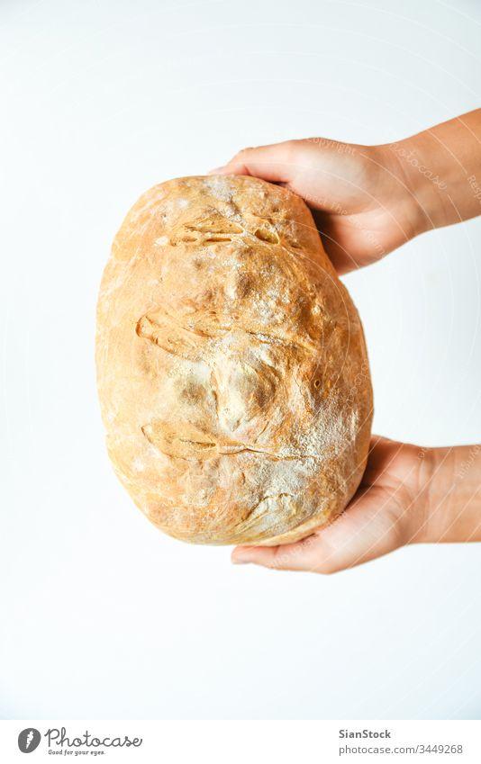 Frauenhände halten frisch gebackenes Brot, Draufsicht heimwärts Küche Halt Essen zubereiten essen Hand Gesundheit Hintergrund Lebensmittel braun Bäcker