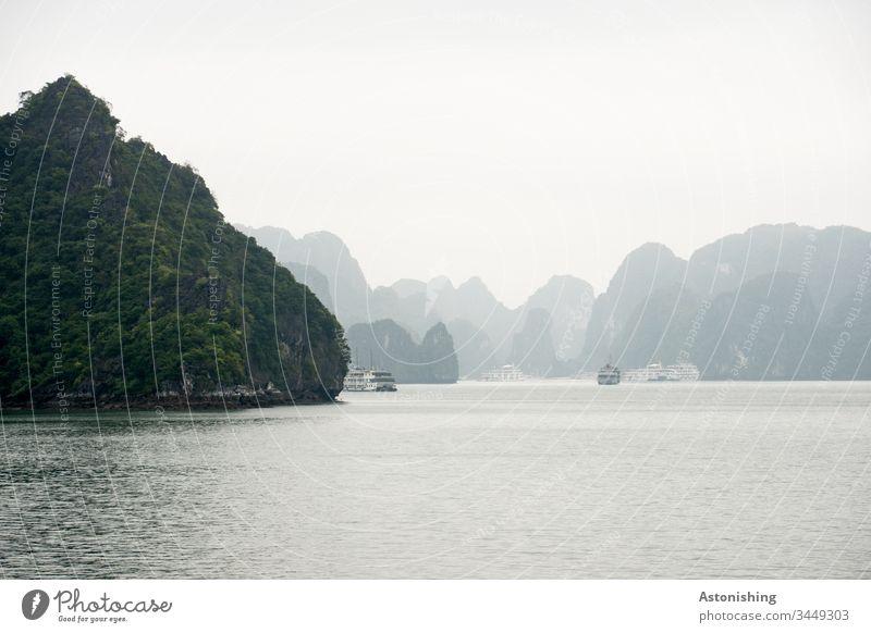 Felsen in der Halong Bay, Vietnam Ha Long Ozean Urlaub Reise Schatten exotisch Nebel Textfreiraum oben schön Licht Wetter grau Pflanzen Aussicht hart steil