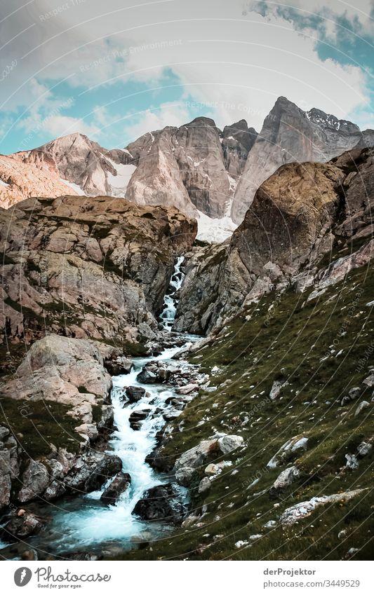 Gebirgsbach in den Pyrenäen Blick Vorderansicht Porträt Weitwinkel Zentralperspektive Panorama (Aussicht) Starke Tiefenschärfe Low Key Sonnenuntergang Totale