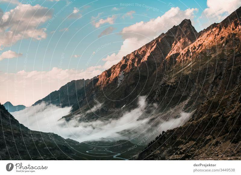 Abendnebel in den Pyrenäen Blick Vorderansicht Weitwinkel Zentralperspektive Panorama (Aussicht) Starke Tiefenschärfe Low Key Sonnenuntergang Totale