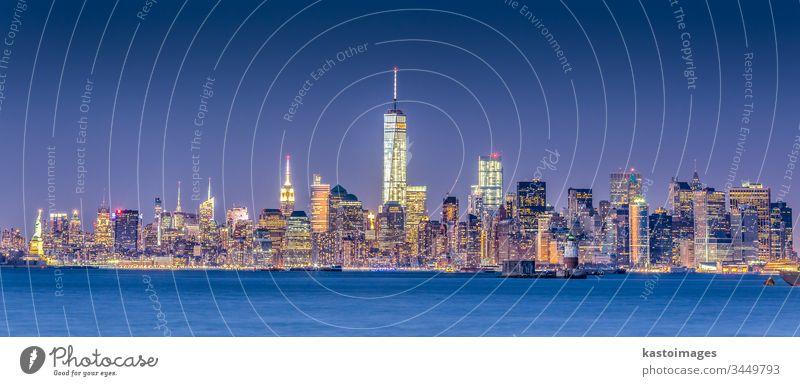 Skyline von New York City Manhattan in der Innenstadt New York State Großstadt nyc amerika Wolkenkratzer Stadtbild beleuchtet Architektur Textfreiraum vertikal