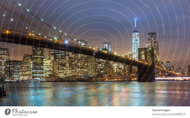 Brooklyn-Brücke in der Abenddämmerung, New York City. New York State Manhattan amerika Großstadt Skyline USA Wolkenkratzer Stadtbild beleuchtet Architektur