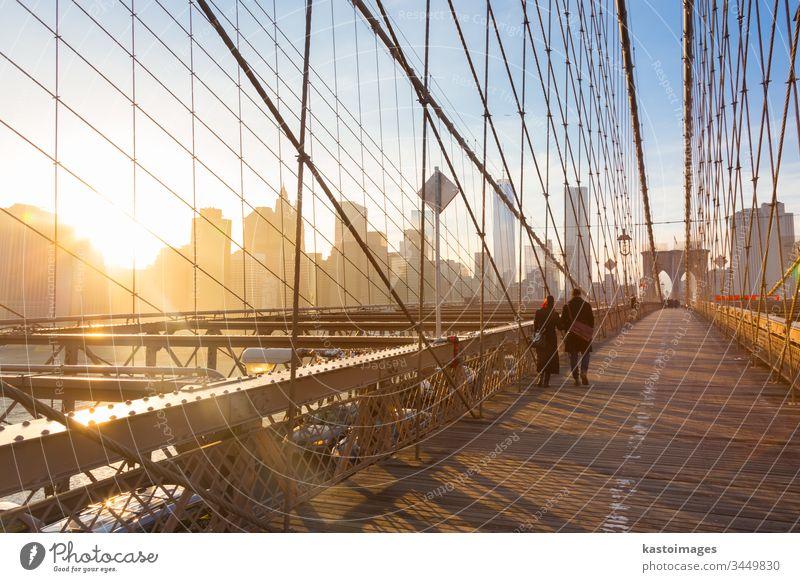 Brooklyn Bridge bei Sonnenuntergang, New York City. New York State Manhattan amerika Brücke Paar Spaziergang Großstadt Skyline Menschen USA Wolkenkratzer