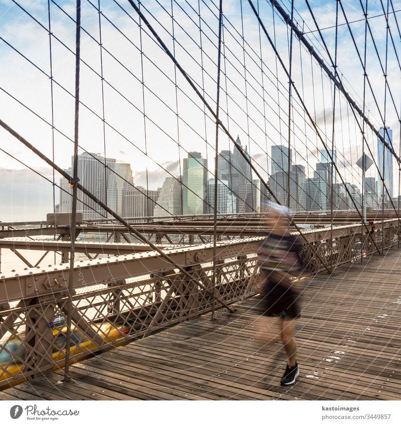 Brooklyn Bridge bei Sonnenuntergang, New York City. New York State Manhattan amerika Brücke Großstadt Skyline Menschen USA Wolkenkratzer laufen Sport Läufer