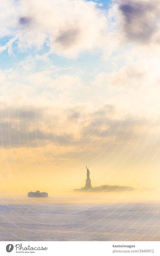 Staten Island Ferry und Freiheitsstatue. New York State amerika Großstadt Wahrzeichen Statue Freiheitsinsel Fähre Insel Vereinigte Staaten von Amerika USA