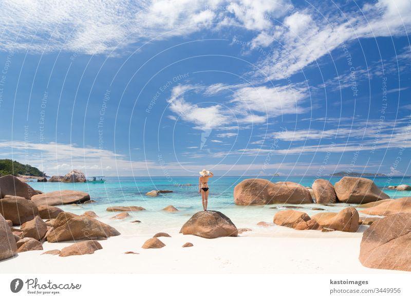 Frau genießt Anse Lazio Bild perfekten Strand auf der Insel Praslin, Seychellen. reisen Sommer Urlaub Lifestyle Feiertag MEER Freiheit Sand Resort sorgenfrei
