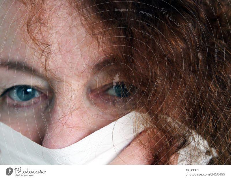 Frau mit Mundschutz im Gesicht Atemschutzmaske Virus Krankheit Coronavirus Schutz Gesundheit Grippe Infektionsgefahr Corona-Virus Pandemie COVID Ansteckend