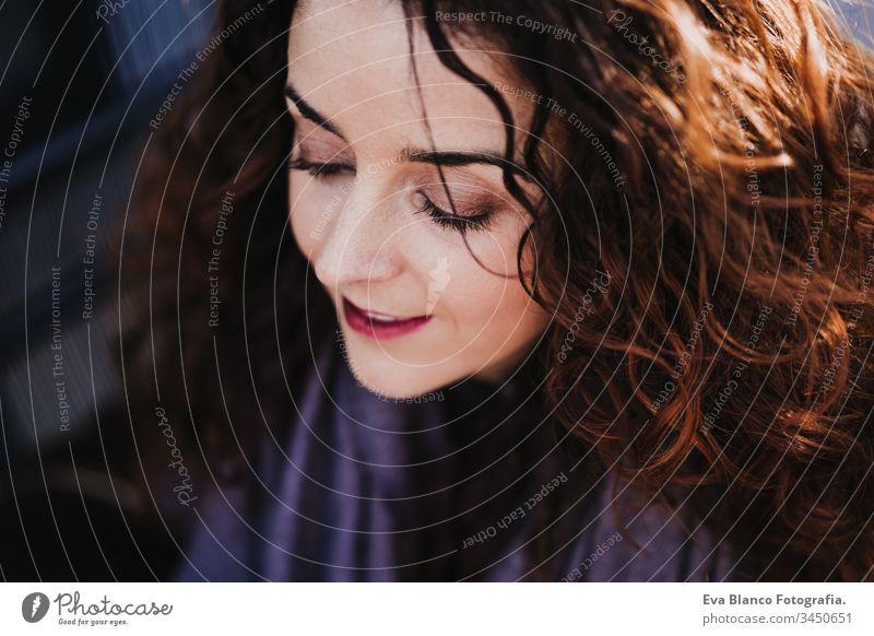 Nahaufnahme eines Porträts einer jungen schönen Frau, die im Freien lächelt. Fröhlichkeit und Lebensstil Lächeln Großstadt urban Straße Glück Kaukasier