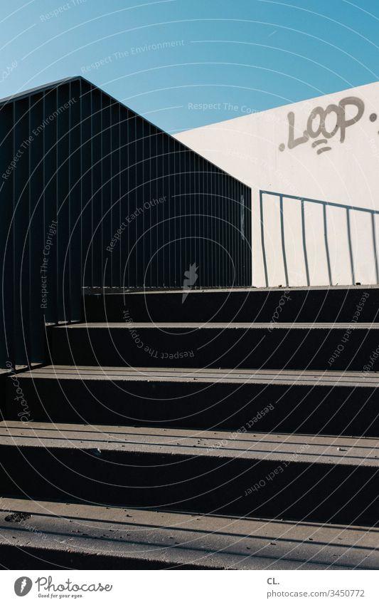 außentreppe Treppe aussentreppe stufen Himmel abstrakt Blauer Himmel wolkenlos Schatten eckig Loop Schrift Typographie Graffiti aufwärts Geländer