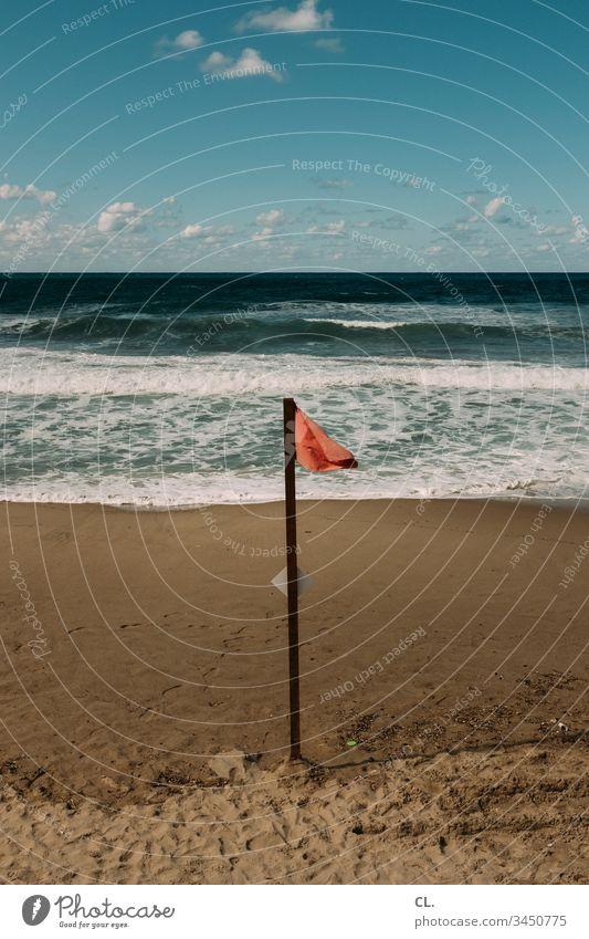 rote flagge am strand Meer Wasser Küste Himmel Schönes Wetter Strand Sand Flagge badeverbot Verbote verboten Außenaufnahme Menschenleer Farbfoto