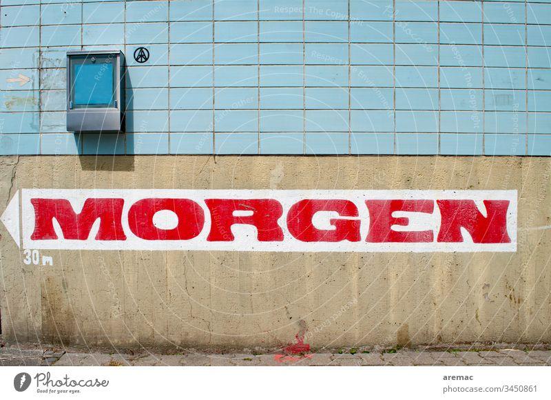 Morgen Beschriftung an einer Wand Schild Namenszug Mauer Kachel blau grau Menschenleer Außenaufnahme Tag Farbfoto Fassade Schriftzeichen Textfreiraum unten