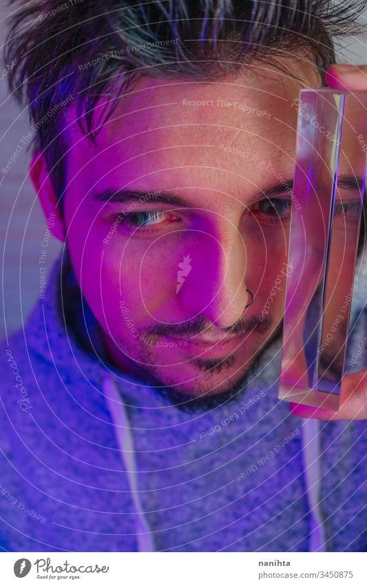 Künstlerisches und futuristisches Porträt eines attraktiven jungen Mannes Typ Gesicht Prisma Einfluss modern lässig Licht Kunst abstrakt künstlerisch