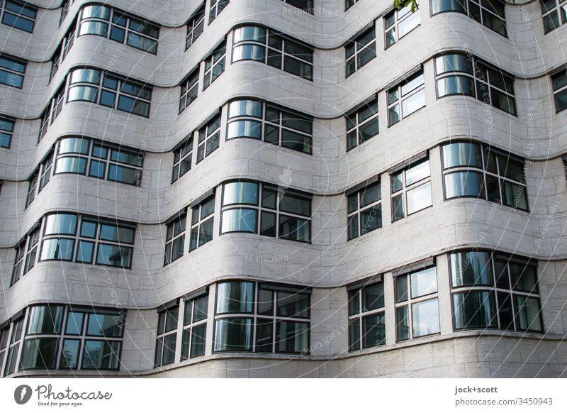Neue Objektivität einer Fassade in Wellen abstrakt geschwungen Schatten Innovation modern Illusion schimmern Architekturfotografie Effekt Sonnenlicht