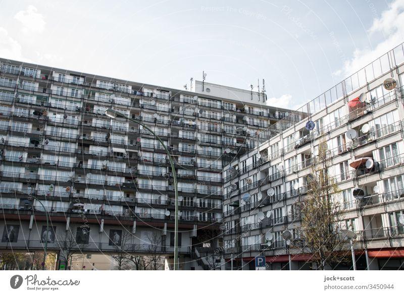 Sozialpalast, farblos in einem Block Schöneberg Stadthaus Architektur Fassade modern Stimmung Einigkeit Sozialer Brennpunkt Gedeckte Farben Wohnhochhaus