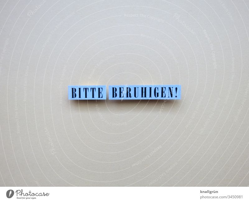 Bitte beruhigen! Ruhe bewahren Vernunft Aufforderung Wort Satz Buchstaben Gelassenheit eierschalfarben blau schwarz Farbfoto Menschenleer Freisteller Letter